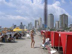 Vrouw op strand in cartagena